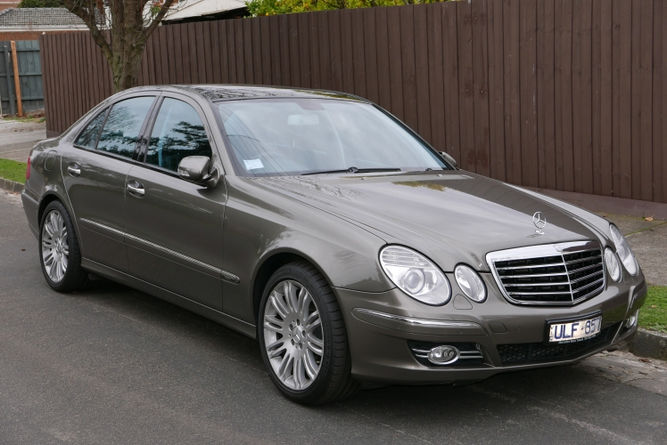 2006_Mercedes-Benz_E_500_(W211_MY07)_Avantgarde_sedan_(2015-07-09)_01