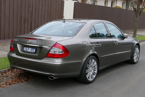 2006_Mercedes-Benz_E_500_(W211_MY07)_Avantgarde_sedan_(2015-07-09)_02
